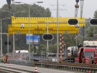 Oude beweegbare klep verwijderd van Wantijbrug Dordrecht