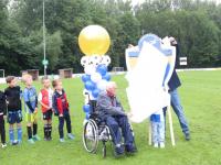 Nieuw clublogo VV Drechtstreek onthuld door oudste en jongste lid van de club Papendrecht