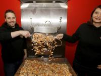 Joshua en Miriam verkopen speciale KiKa-Popcorn Allenbrand Voorstraat Dordrecht