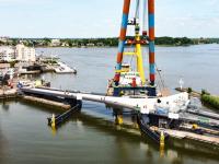 Eindelijk na drie jaar vertraging is vandaag de Prins Clausbrug ingehesen Dordrecht