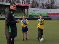 Profs leren kinderen voetballen
