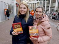 20172411-Radiozender-deelt-chocoladeletters-uit-Achterom-Dordrecht-Tstolk