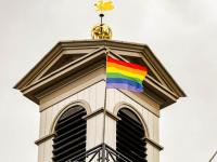 Regenboogvlag voor Coming Out Day stadhuis Dordrecht