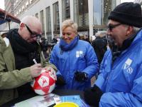 Van der Gijp deelt voetballen uit namens politieke Partij