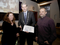 Handtekeningen overhandigd aan burgemeester Kolff Dordrecht