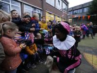 20170512-Sinterklaas-op-schaaten-naar-Horizon-school-Dordrecht-Tstolk-001