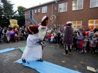 20170512-Sinterklaas-op-schaaten-naar-Horizon-school-Dordrecht-Tstolk-004