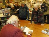 Signeersessie door Mart Smeets bij boekhandel Vos & van der Leer
