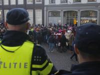 Het protest van Kick Out Zwarte Piet in Dordrecht ging niet door. Op de hoek van de Lange Geldersekade en Grotekerksplein was een vak voor de demonstranten ingericht. Tijdens de intocht bleef het vak leeg.