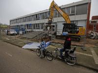 DORDRECHT – De voormalige school aan de noordendijk wordt steeds een stukje kleiner , vandaag was een aannemer bezig met de ingang van de vroegere school te slopen. Aankomende weken zal een saneringsbedrijf de laatste asbest verwijderen en dan gaat ook in het laatste stukje de sloophamer .