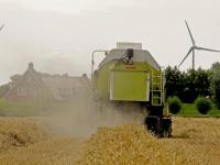 Dordtse boeren zijn druk bezig met het tarwe van het land af te halen Dordrecht