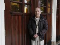 Oud leraar Spiering voor oude ingang LTS Reeweg Oost Dordrecht