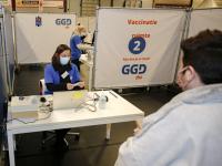 Eerste vaccinatie tegen corona aan zorgmedewerkers DeetosSnelhal Dordrecht