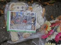 Bloemen neergelegd bij woning aan de Cremerstraat in Papendrecht