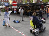 'Verkeersbegeleider' op de weekmarkt Dordrecht