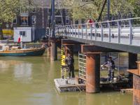 Noodbrug ligt verzakt en last van de warmte Dordrecht