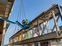 Loopbrug en luifel ingehesen Kiltunnel Dordrecht