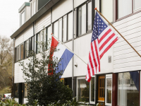 Amerikaanse en Nederlandse Vlag uit voor Biden Lyra Sterrenburg Dordrecht