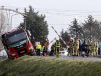 Vrachtwagen dreigt van de dijk te rollen Wieldrechtse Zeedijk Dordrecht