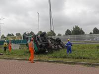Vrachtwagen in sloot naast A15 Sliedrecht