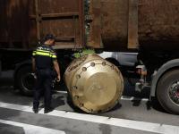 Vrachtwagen verliest loodzware vracht Laan vd Naties Dordrecht