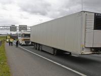 Vrachtwagen verliest oplegger op A16
