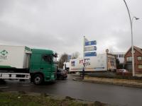 Vrachtwagen verliest oplegger op rotonde
