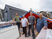 Broers op dak van afgebrand restaurant Reeweg Oost Dordrecht
