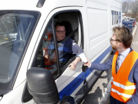 Wethouder geeft kleine prullenbakjes aan automobilisten oprit A16