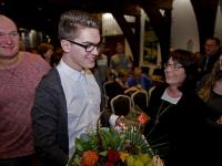 Zeventien jarige Bo van der Matten ontvangt jongerenlintje \'De Dordtse belofte\'